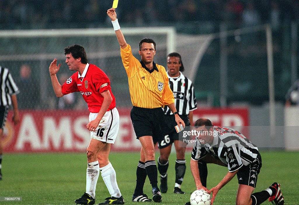 Football. 1999 UEFA Champions League Semi-Final, Second leg. Juventus 2 v Manchester United 3. 21st April, 1999. Manchester United's Roy Keane is shown the yellow card by the referee after fouling Juventus' Zinedine Zidane (right), causing him to miss the : News Photo