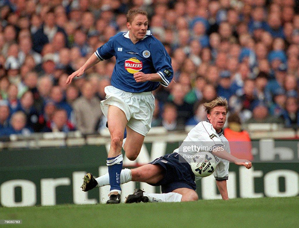 Football. 1999 Worthington Cup Final, Wembley. 21st March, 1999. Tottenham Hotspur 1 v Leicester City 0 Leicester City's Steve Guppy beats Tottenham Hotspur's Steffen Freund : Fotografía de noticias