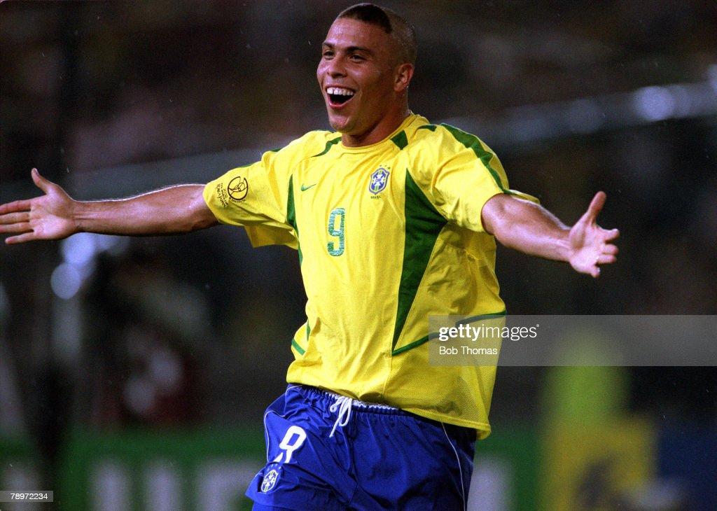 Football. 2002 FIFA World Cup Finals. Final. Yokohama, Japan. 30th June 2002. Germany 0 v Brazil 2. Brazil's Ronaldo celebrates after scoring his second goal of the game.Credit: POPPERFOTO/JOHN McDERMOTT : ニュース写真
