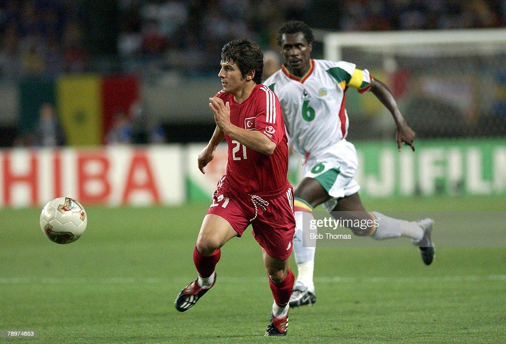 BT Football. 2002 FIFA World Cup Finals. Osaka, Japan. 22nd June 2002. Senegal 0 v Turkey 1 ( Golden Goal). Turkey's Emre Belozoglu escapes the challenge of Senegal's Aliou Cisse. : Nachrichtenfoto