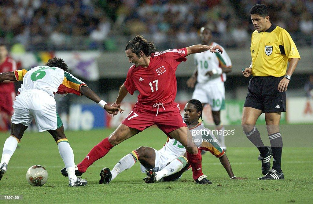 BT Football. 2002 FIFA World Cup Finals. Osaka, Japan. 22nd June 2002. Senegal 0 v Turkey 1 ( Golden Goal). Turkey's Iihan Mansiz passes past Senegal's Aliou Cisse. : Nachrichtenfoto