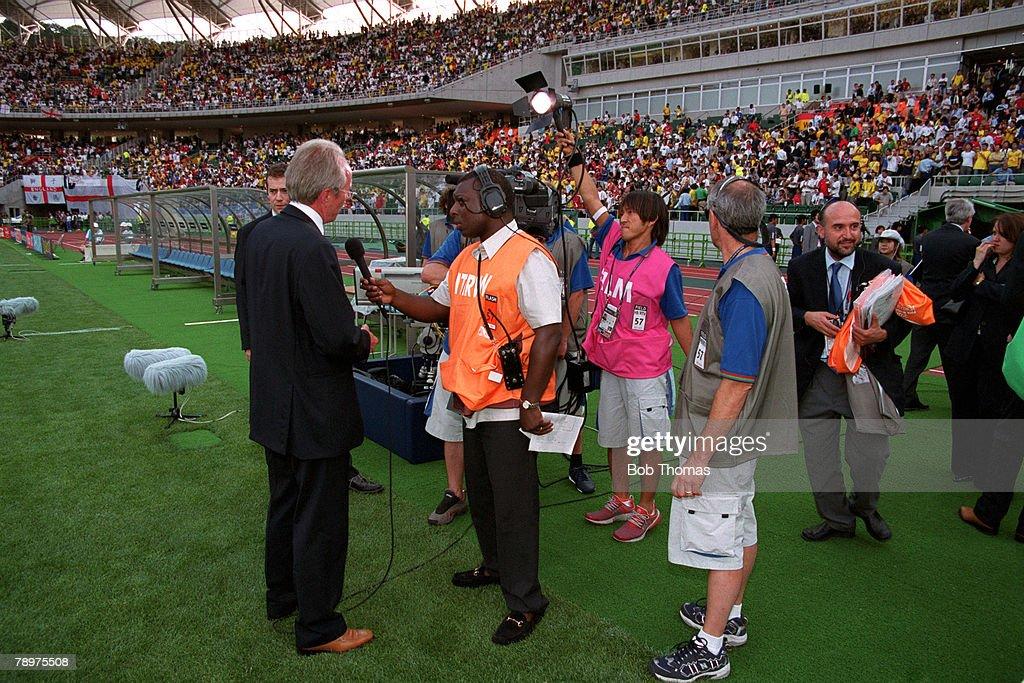Football. 2002 FIFA World Cup Finals. Quarter Finals. Shizuoka, Japan. 21st June 2002. England 1 v Brazil 2. BBC interviewer Garth Crooks interviews England coach Sven Goran Eriksson.Credit: POPPERFOTO/JOHN MCDERMOTT : News Photo