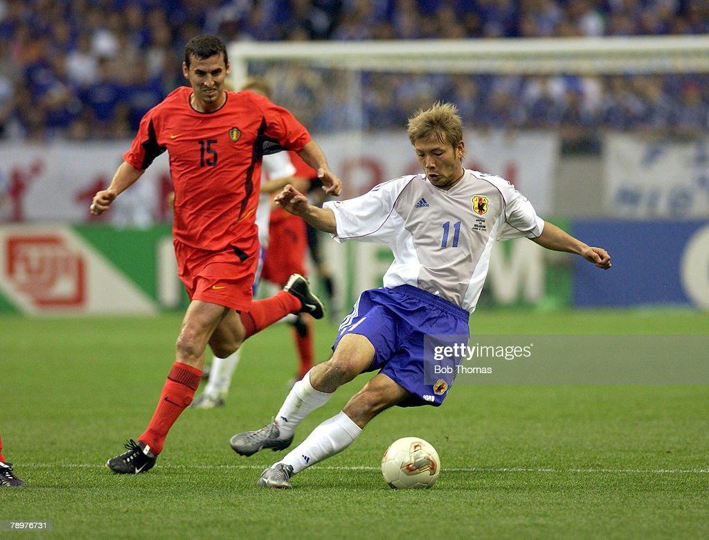 BT Football. 2002 FIFA World Cup Finals. Saitama, Japan. 4th June 2002. Japan 2 v Belgium 2. Takayuki of Japan watched by Belgium's Jacky Peeters. : ニュース写真