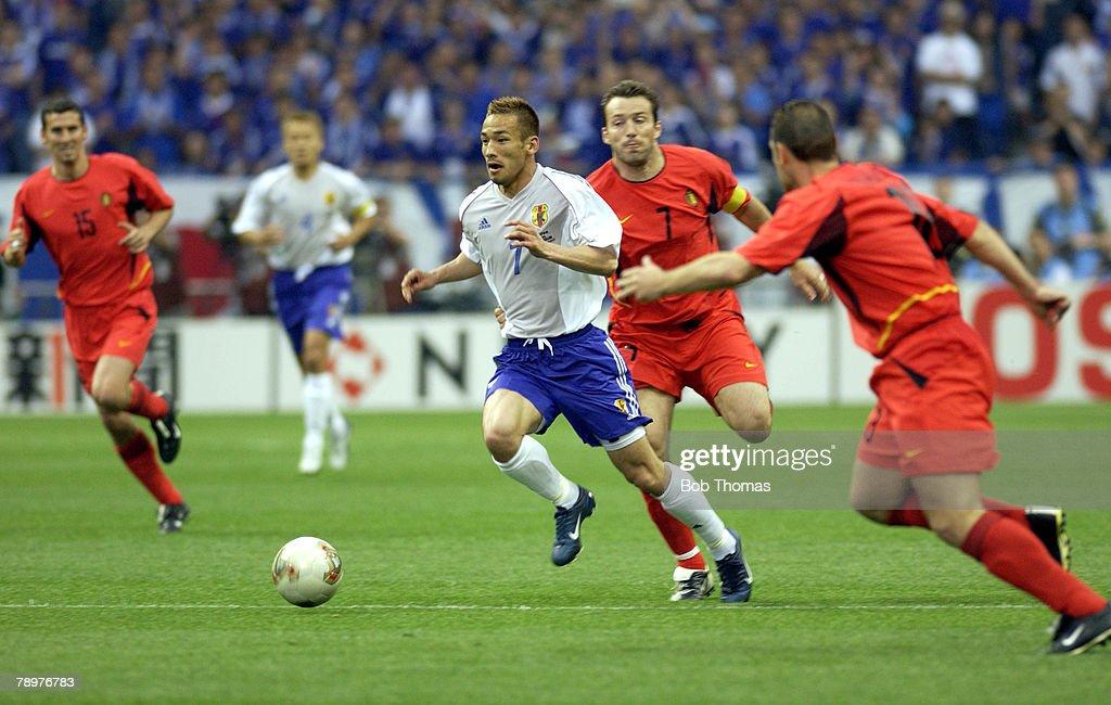 BT Football. 2002 FIFA World Cup Finals. Saitama, Japan. 4th June 2002. Japan 2 v Belgium 2. Japan's Hidetoshi Nakata passes the challenge of Belgium's Marc Wilmots. : ニュース写真