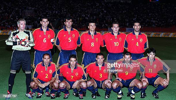 Football 2002 World Cup Qualifier Group 7 6th June 2001 Tel Aviv Israel 1 v Spain 1 The Spain team pose together for a group photograph Back Row LR...