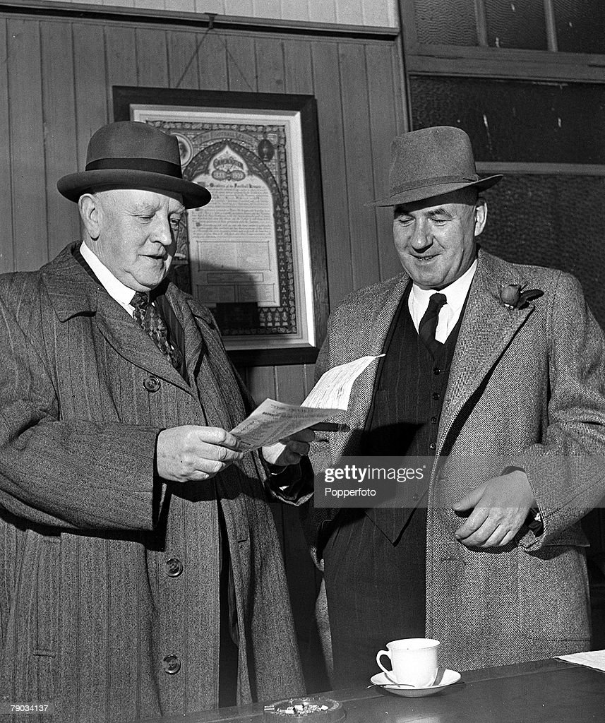 Football. 21st October 1946. A picture Arthur Fairclough, Barnley+s manager before the 1914-18 war with Augus Seed, the secretary manager. : News Photo