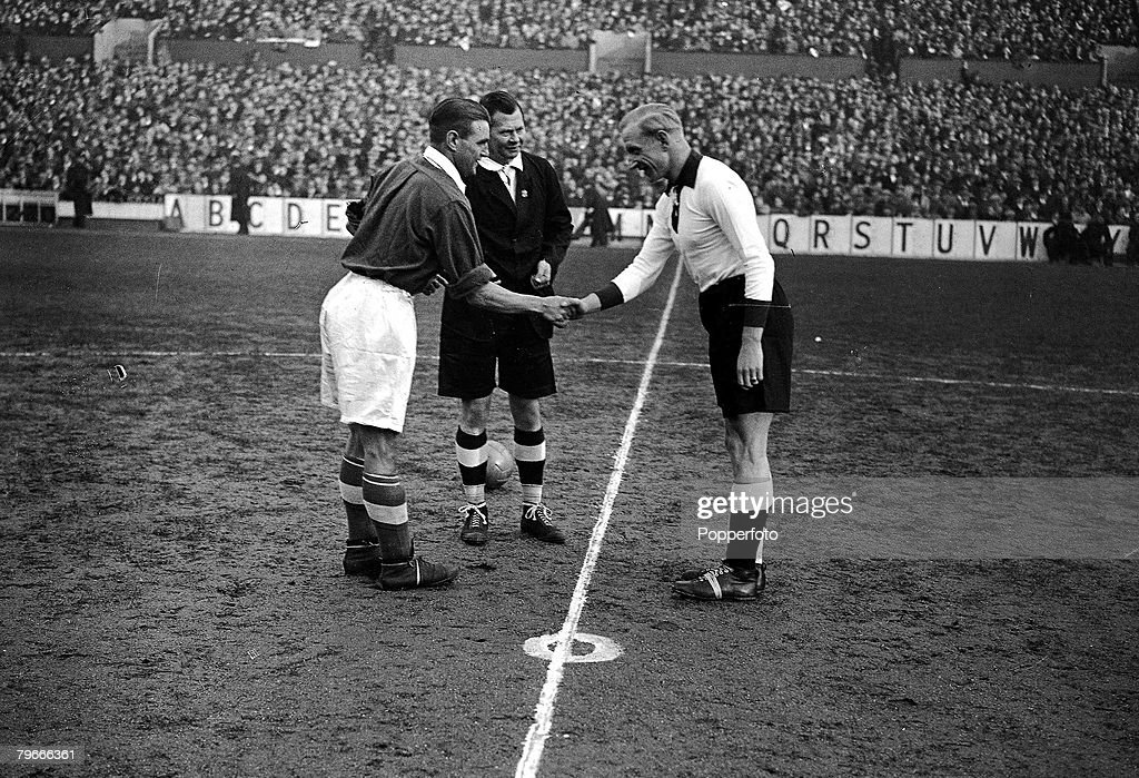 Football, 4th December 1935, White Hart Lane, London, England 3 v Germany 0, England+s captain Eddie Hapgood (left) with German captain Szepan, toss the coin before their International match, which was their first ever meeting in England : News Photo