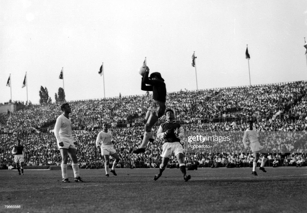 Football, 8th June 1959, Stuttgart, Germany, European Cup Final, Real Madrid 2 v Stade Reims 0, Real Madrid goalkeeper Dominguez leaps to save from Reims Centre Forward Just Fontaine, The Final was won by Real Madrid for the 4th consecutive time : News Photo