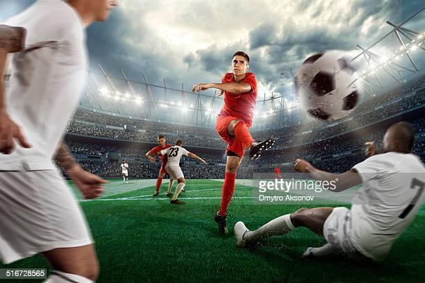 acción de fútbol - equipo de fútbol fotografías e imágenes de stock