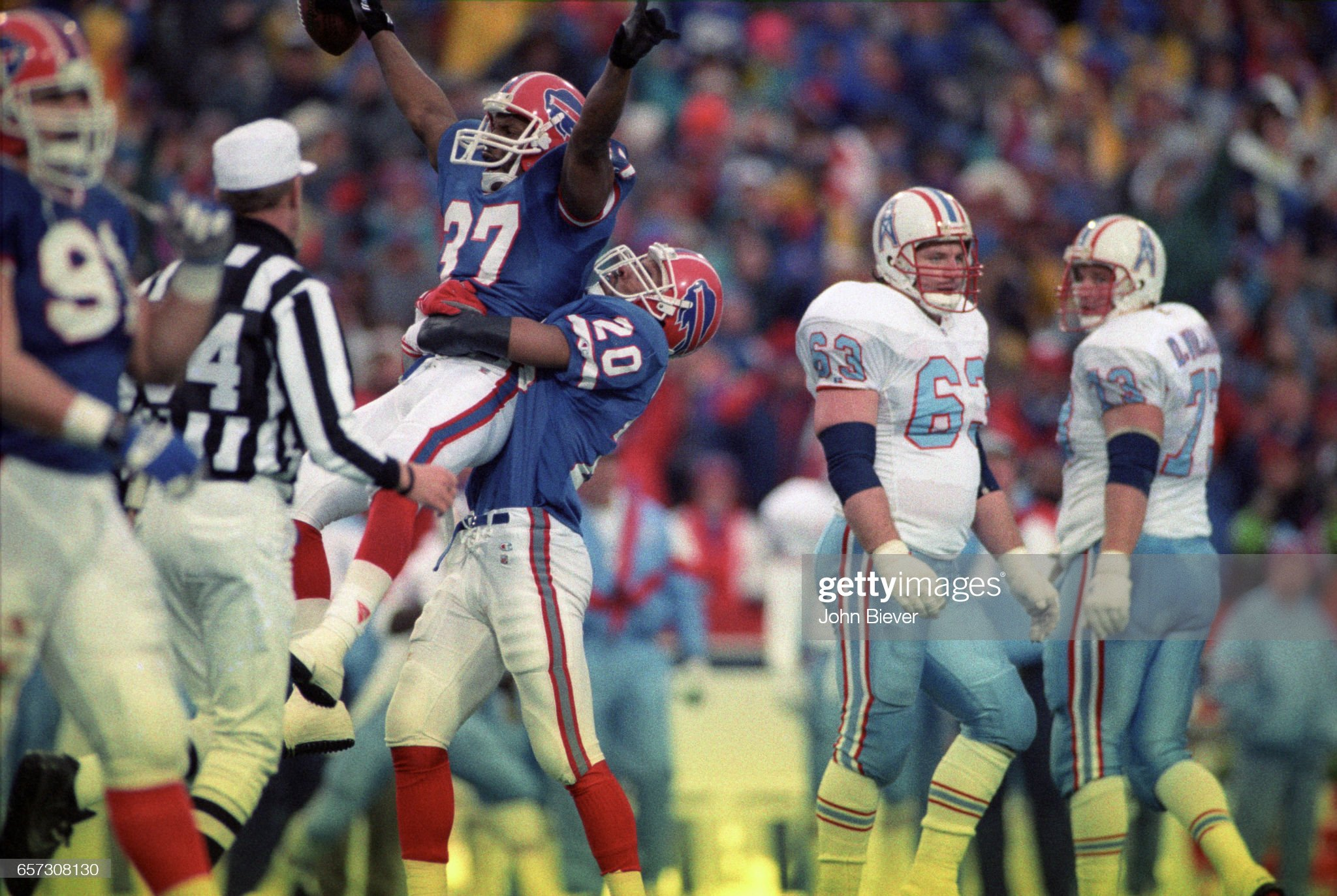 Buffalo Bills vs Houston Oilers, 1993 AFC Wild Card Playoffs : News Photo