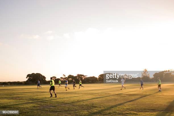 Fußball in der Abenddämmerung
