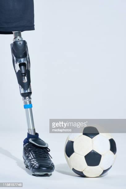 esfera do futebol perto do pé artificial - rodada da competição - fotografias e filmes do acervo