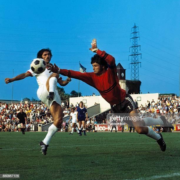 football Bundesliga 1970/1971 Niederrheinstadion Rot Weiss Oberhausen versus FC Bayern Munich 04 duel between Gerd Mueller left and keeper Wolfgang...