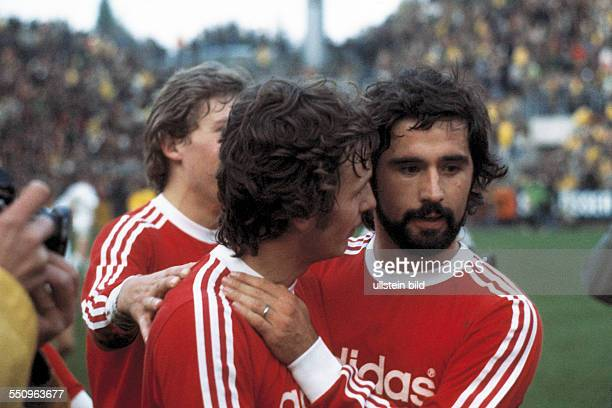 football Bundesliga 1974/1975 Stadium am Boekelberg Borussia Moenchengladbach versus FC Bayern Munich 12 Bayern players rejoicing at the win fltr...