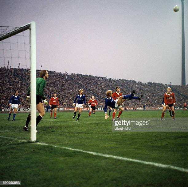 football Bundesliga 1977/1978 Parkstadion FC Schalke 04 versus Hamburger SV 22 scene of the match fltr Manfred Ritschel keeper Volkmar Gross...