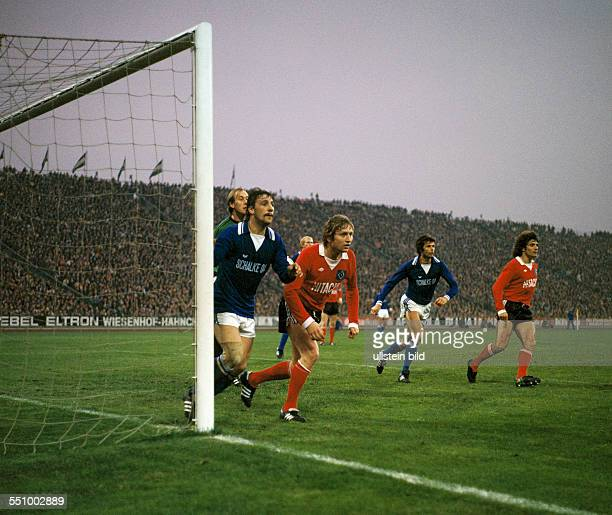 football Bundesliga 1977/1978 Parkstadion FC Schalke 04 versus Hamburger SV 22 scene of the match corner kick before the HSV goal for 21 fltr keeper...