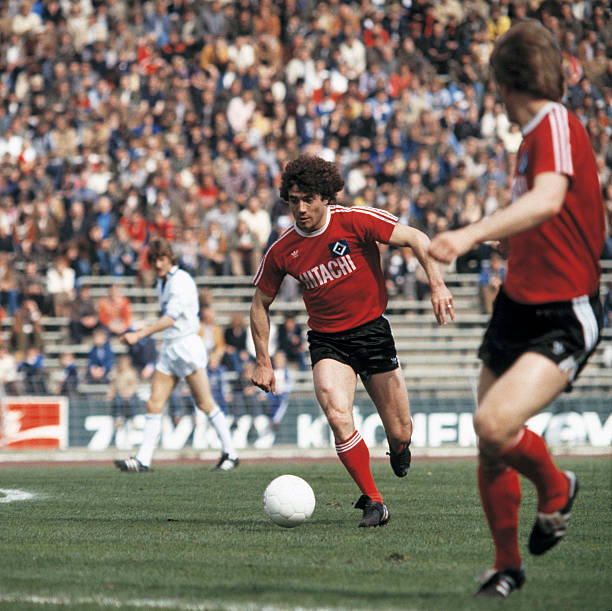 Football, Bundesliga, 1978/1979, Parkstadion, FC Schalke 04 versus Hamburger SV 1:3, scene of the match, Kevin Keegan in ball possession