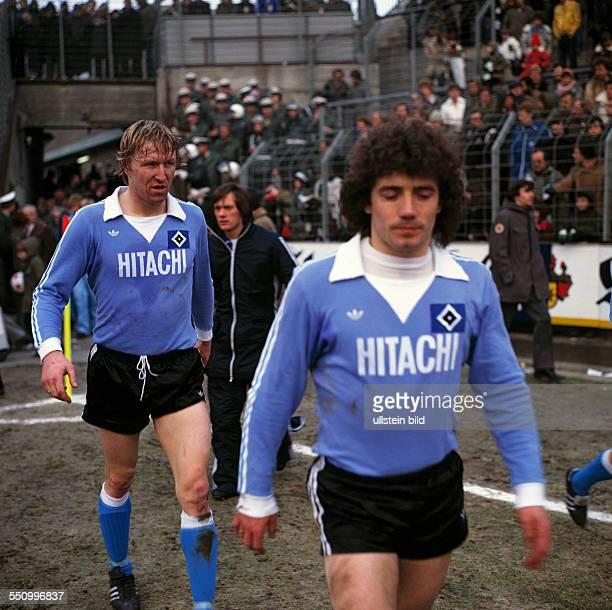 football Bundesliga 1978/1979 Stadium am Boekelberg Borussia Moenchengladbach versus Hamburger SV 43 runningin of the teams Horst Hrubesch left and...