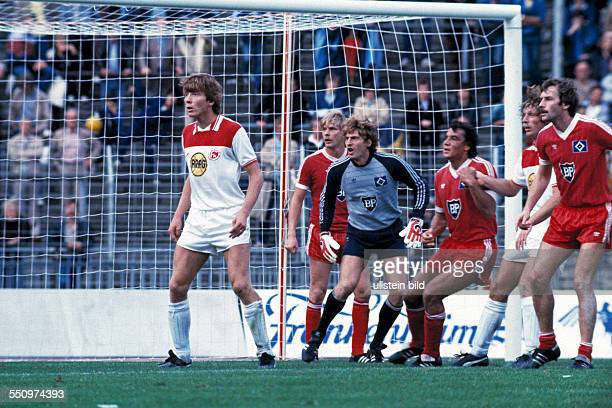 football Bundesliga 1983/1984 Rhine Stadium Fortuna Duesseldorf versus Hamburger SV 23 scene of the match waiting for the corner kick fltr Atli...