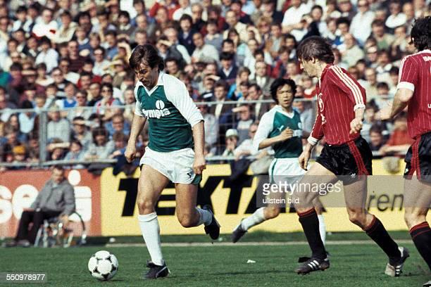 football Bundesliga 1983/1984 Ulrich Haberland Stadium Bayer 04 Leverkusen versus SV Werder Bremen 00 scene of the match Uwe Reinders in ball...