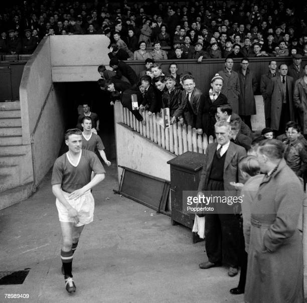 Football Circa 1950/60's Manchester United's Albert Scanlon enters the playing field while watched by the crowds