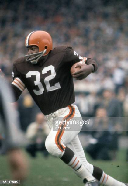 Cleveland Browns Jim Brown in action, rushing vs New York Giants at Municipal Stadium. Cleveland, OH CREDIT: Neil Leifer