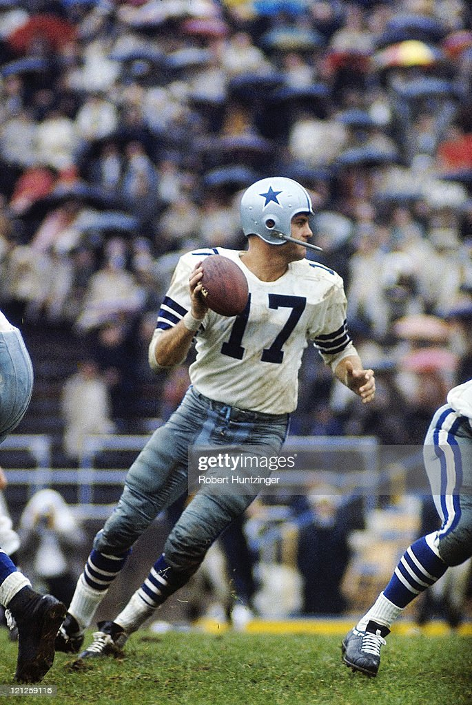 Dallas Cowboys QB Don Meredith (17) in action vs Pittsburgh Steelers at Pitt Stadium. Robert Huntzinger TK1 )