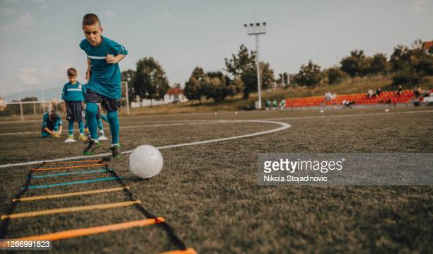 football drills: the slalom drill - the championship football league stock pictures, royalty-free photos & images