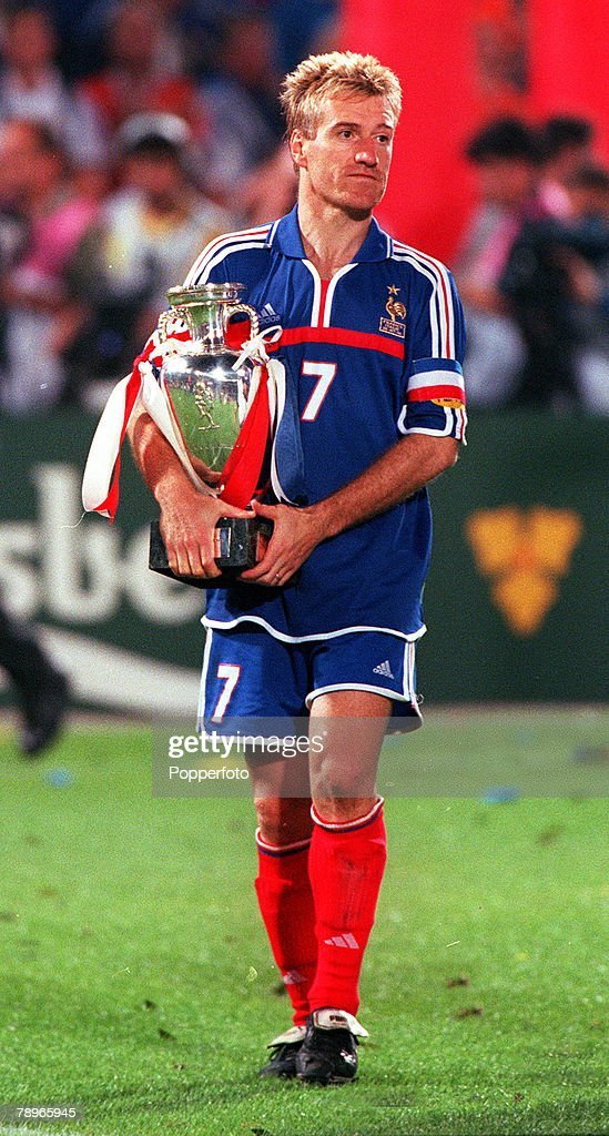Football, European Championship. (EURO 2000) Final, Feyenoord Stadium, Rotterdam, Holland. 29th, June,2000France 2 v Italy 1. (on golden goal rule). French captain, Didier Deschamps holds onto the trophy. : Photo d'actualité