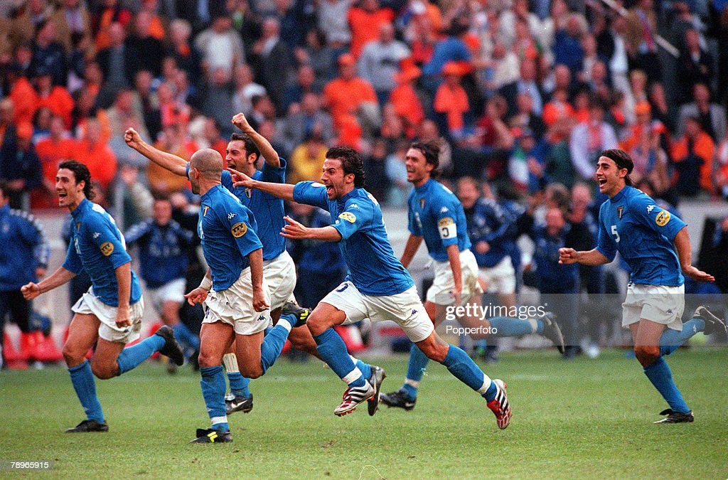 Football, European Championship. (EURO 2000) Semi-Final, Amsterdam Arena, Holland. 29th, June, 2000Italy beat Holland 3-1 0n penalties. Italian players celebrate at the end of the match. : News Photo