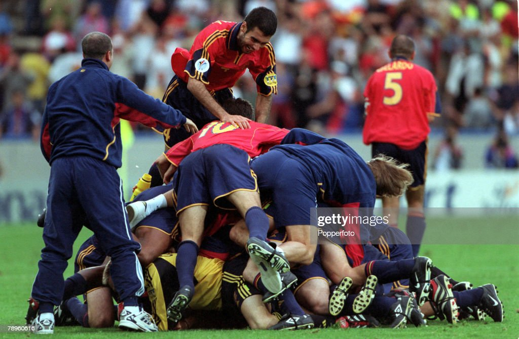 Football. European Championships (EURO 2000). Bruges, Belgium. 21st June, 2000. Spain 4 v Yugoslavia 3. Spanish players pile on top of each other as they celebrate the dramatic goal by Alfonso in injury time to win the match and send them through to the n : News Photo
