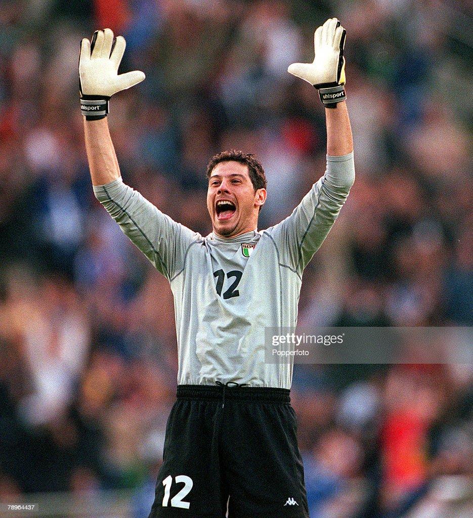 Football, European Championships Quarter Final, (EURO 2000), Brussels, Belgium, 24th June, 2000, Italy 2 v Romania 0, Italian goalkeeper Francesco Toldo