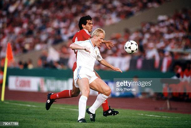 Football European Cup Final Stuttgart West Germany 25th May 1988 Benfica 0 v PSV Eindhoven 0 PSV's Ronald Koeman is challenged by Benfica's Rui Aguas
