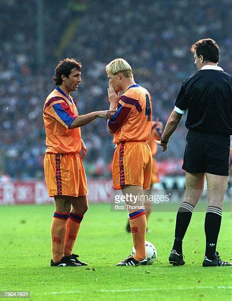 Football European Cup Final Wembley London England 20th May 1992 Barcelona 1 v Sampdoria 0 Barcelona's Hristo Stoichkov and Ronald Koeman discuss who...