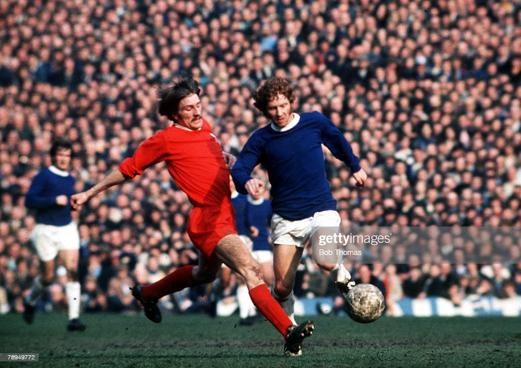 Football. FA Cup Semi Final. Old Trafford, Manchester. 27th March, 1971. Liverpool 2 v Everton 1. Everton's Alan Ball is challenged for the ball by Liverpool's Steve Heighway during the match : ニュース写真