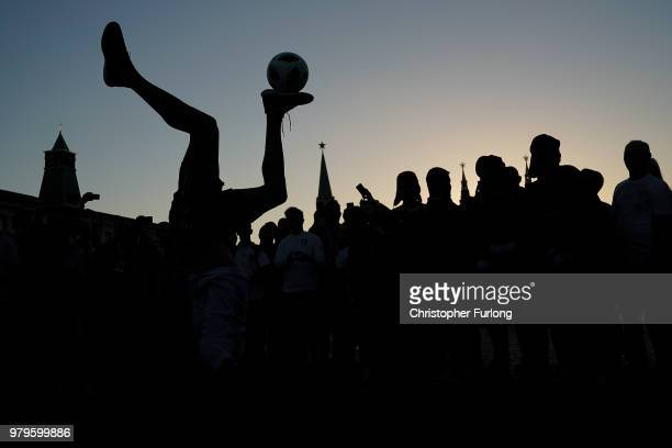 A football fan entertains the crowds in Red Square with football tricks on June 20 2018 in Moscow Russia Uruguay's 10 win over Saudi Arabia has...
