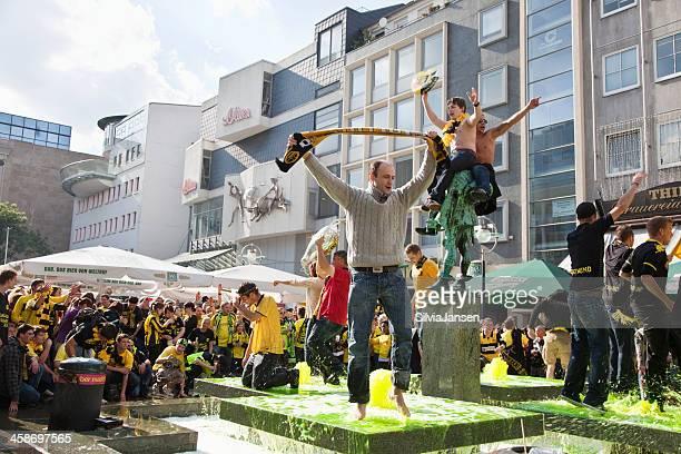 celebrando i tifosi di calcio sono - dortmund città foto e immagini stock