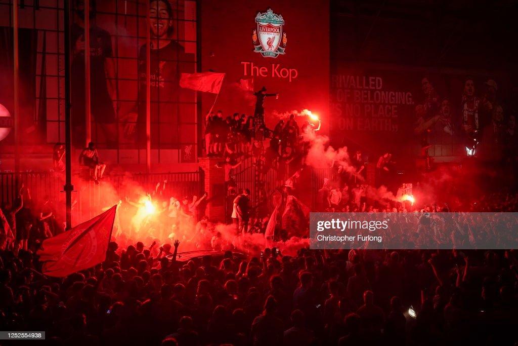 Fans Celebrate Liverpool FC Winning The Premier League Title : Nachrichtenfoto