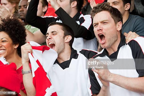 Los fanáticos del fútbol aclamando