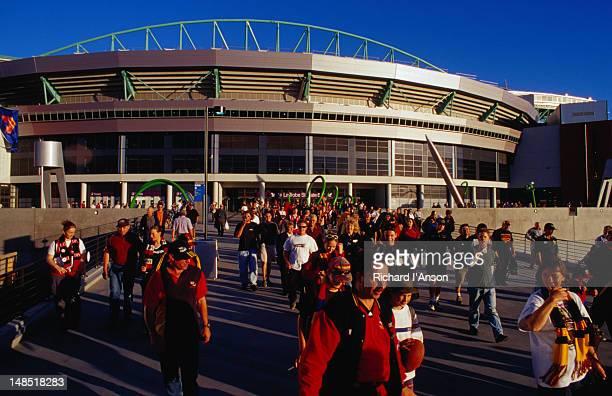 football fans leaving the colonial stadium in melbourne's docklands - docklands stadion melbourne stockfoto's en -beelden