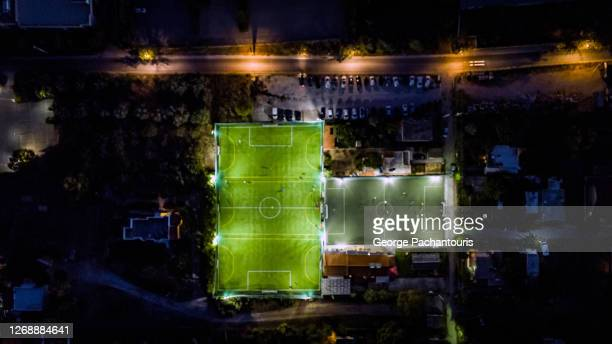 football field from above at night - club football stock pictures, royalty-free photos & images