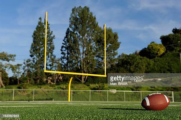 アメリカンフットボールフィールド - アメリカンフットボールのフィールドゴール ストックフォトと画像