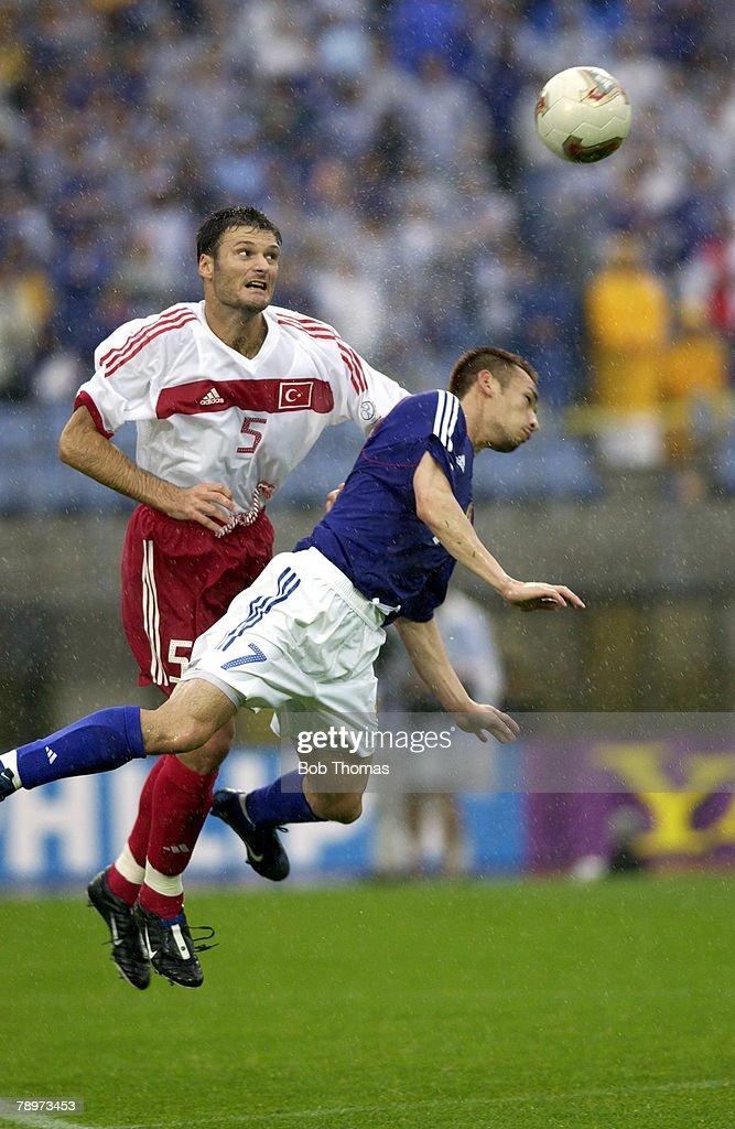 BT Football. FIFA World Cup Finals. Miyagi, Japan. 18th June 2002. Japan 0 v Turkey 1. Turkey's Alpay Ozalan clashes in mid air with Japan's Hidetoshi Nakata. : ニュース写真