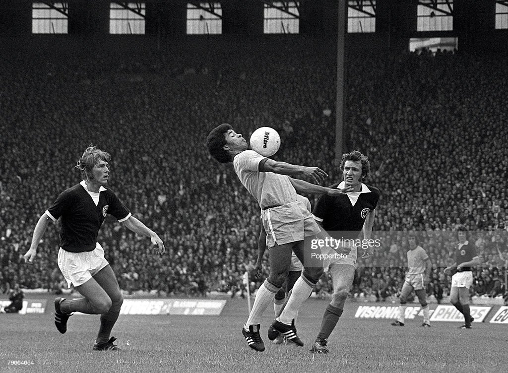 Football, Friendly International, Glasgow, Scotland, Scotland 0 v Brazil 1, 30th June 1973, Brazil's Jairzinho controls the ball on his chest watched by Kenny Dalglish (left) and Sandy Jardine during the match at Hampden Park : News Photo
