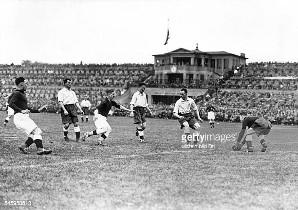 Football, friendly match in Berlin: Germany vs. England 3:3 - English goalkeeper Henry Hibbs with the ball - May 10, 1930
