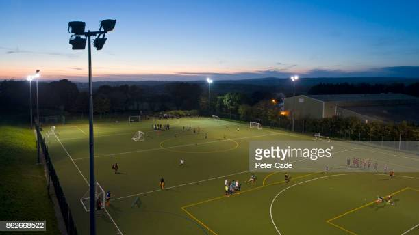 football game at night - football training stock pictures, royalty-free photos & images