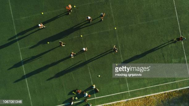 juego de fútbol - rush fútbol americano fotografías e imágenes de stock