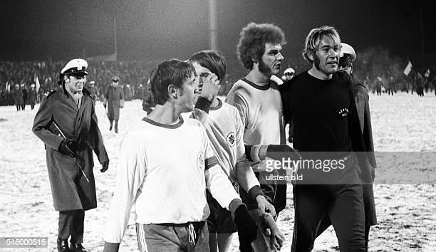 Football Germany Bundesliga 1970/1971 RotWeiss Oberhausen versus Hertha BSC Berlin 11 Niederrhein Stadium football players fltr Dieter Brozulat...