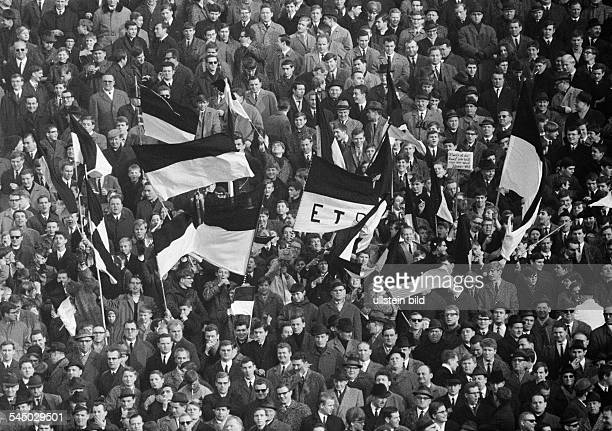 Football Germany Regionalliga West 1966/1967 ETB SchwarzWeiss Essen versus Arminia Bielefeld 20 Stadium am Uhlenkrug in Essen crowd of spectators...