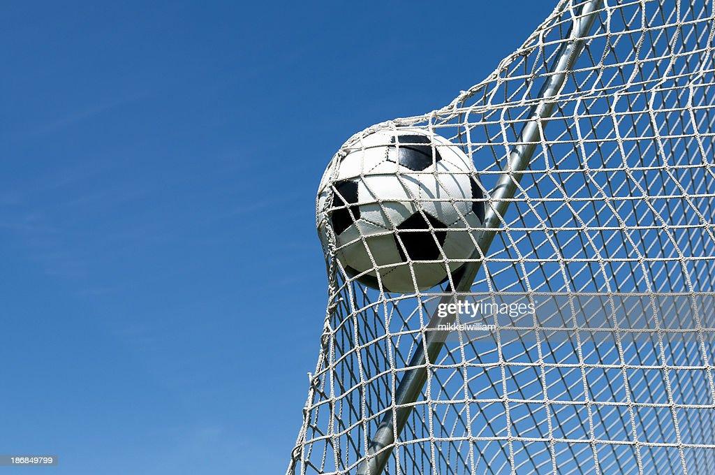 Futebol-se na rede e faz um objetivo : Foto de stock
